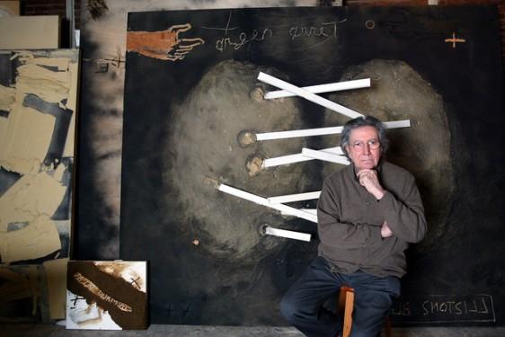 BARCELONA 27/01/2004 EL PINTOR ANTONI TAPIES EN SU ESTUDIO DE LA CALLE ZARAGOZA POSANDO PARA EL PERIODICO FOTO DE JULIO CARBO